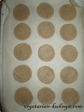 Ржаное печенье выложить на противень