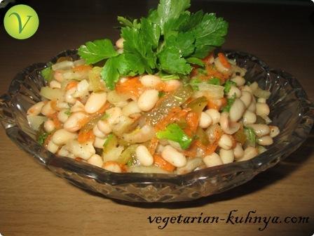 Салат с фасолью и соленым огурцом