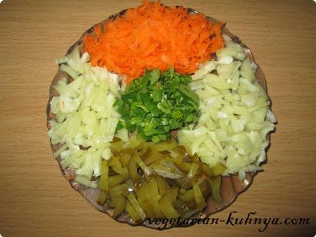Перец, огурцы и зелень порезать