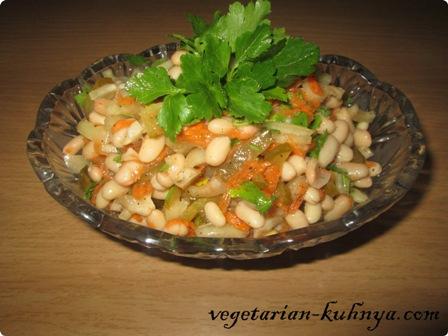 Заправить салат из фасоли и соленых огурцов