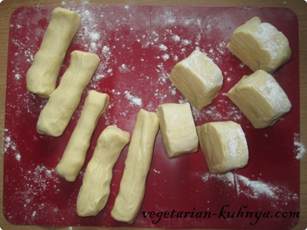 Разрезать тесто на 10 кусочков