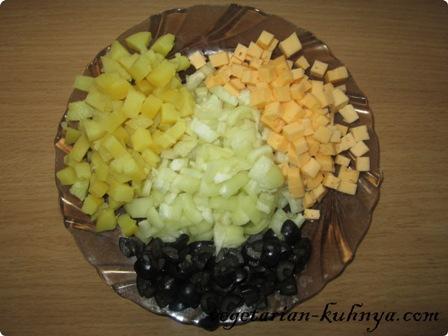 Все ингредиенты для салата с кукурузой порезать