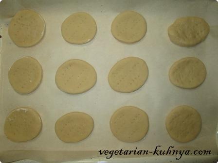 Выложить печенье из рассола на противень