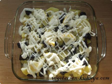Картофель с черносливом полить майонезом