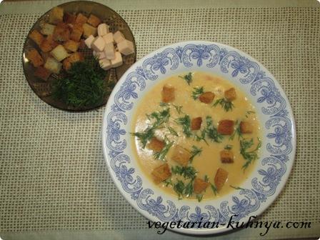 Подавать сырный суп-пюре с сухариками