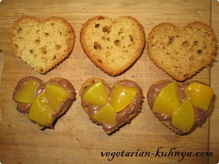 Намазать бисквит кремом