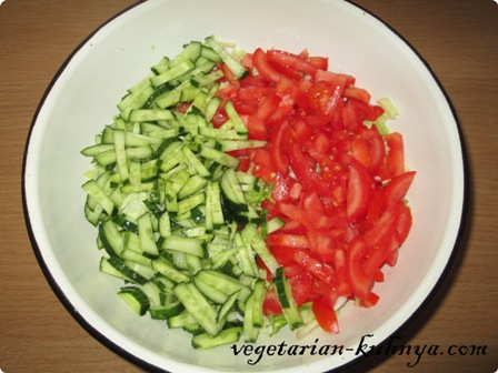 Порезать соломкой помидоры и огурцы