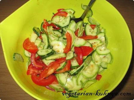 К кабачкам добавить помидоры и огурцы