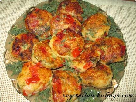 Картофельные лепешки с помидорами
