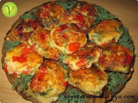 Картофельные котлеты с помидорами