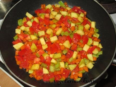 Жарить вместе все овощи