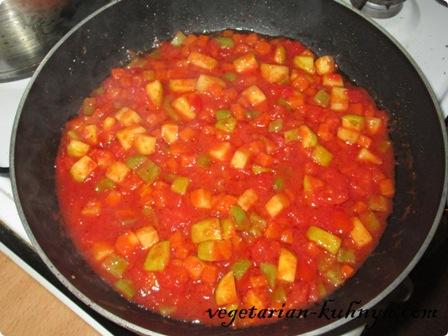 Добавить к овощам томатный сок