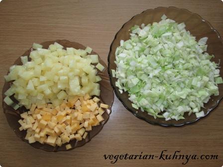 Капусту, ананасы и сыр порезать
