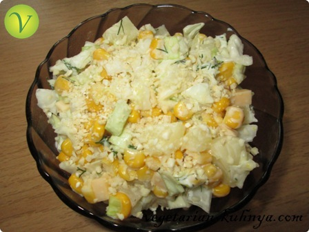 Салат с ананасами, кукурузой и капустой