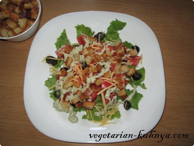 Салат из авокадо с сухариками