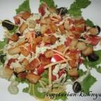 Салат с авокадо и сухариками