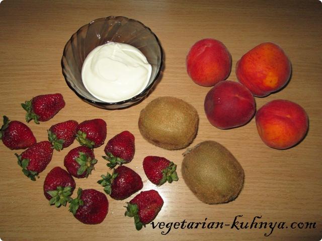 Ингредиенты для фруктового салата с клубникой