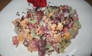 Фруктовый салат с клубникой и персиками