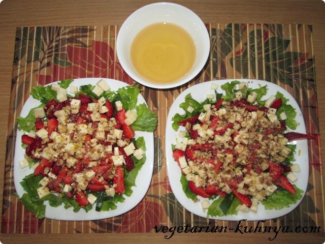 Заправить салат с клубникой мёдом