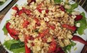 Салат с клубникой и зеленью