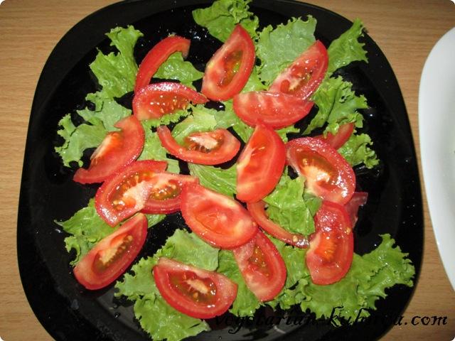 Выложить на тарелку салат и помидоры