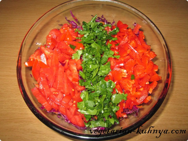 Порезать остальные овощи для салата