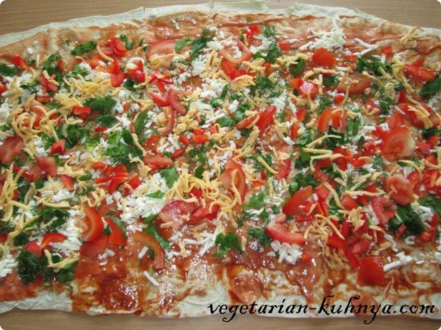 Выложить овощи и сыр