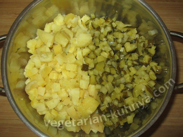 Картофель и огурцы нарезать