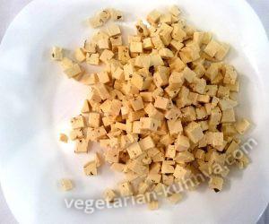 Порезать сыр тофу на мелкие кубики