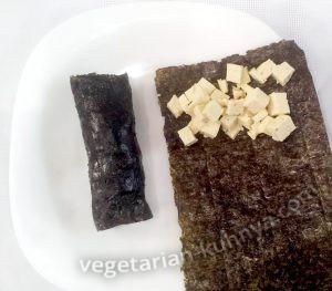 Завернуть сыр тофу в листики нори