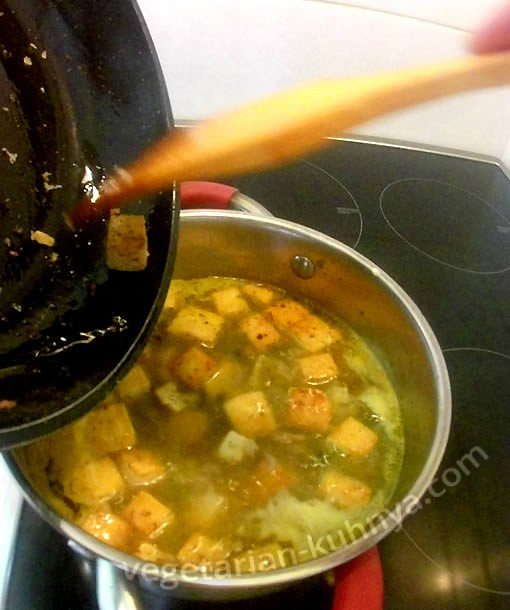 ложим тофу в кастрюлю