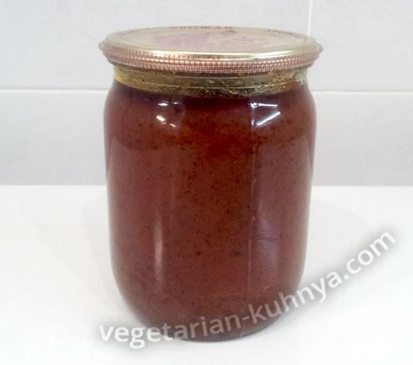 банка домашней томатной пасты